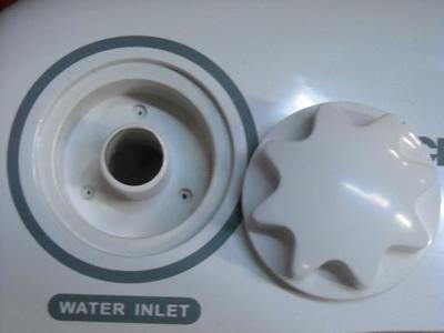 Abasteça a máquina com 13 litros de água, introduzindo a mangueira fornecida na entrada para a água.