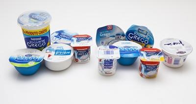 Analisámos 11 iogurtes gregos naturais e comparámo-los com os clássicos. No geral, o sabor agrada, mas são caros e mais calóricos.