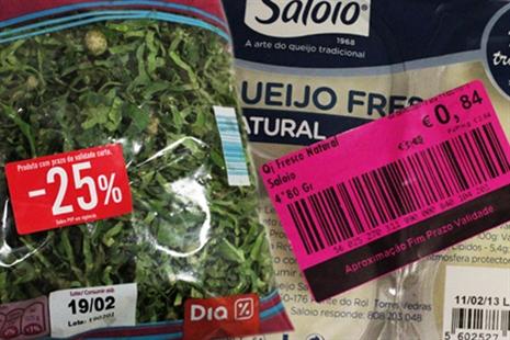 Continente, Minipreço e Lidl vendem alimentos a preços reduzidos a poucos dias do final do prazo de validade e anunciam-no em etiquetas que se destacam.